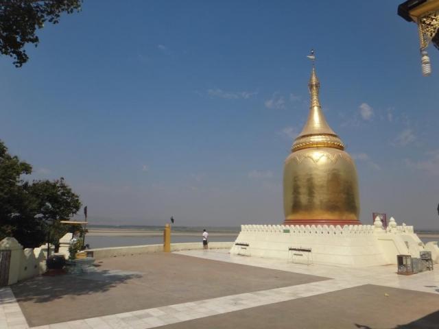 Bupaya pagode sur la rive du fleuve Irrawaddy