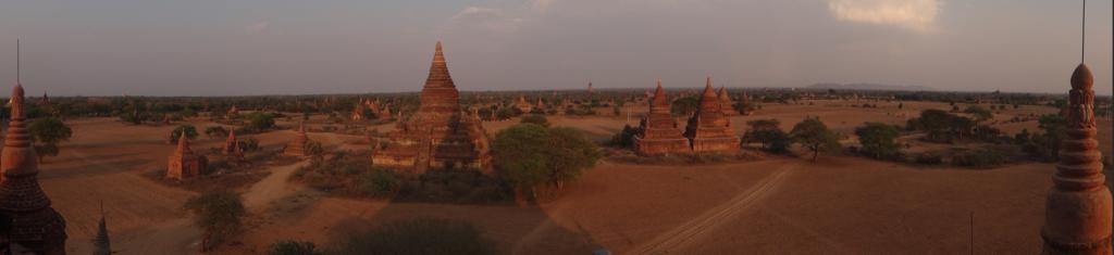 coucher de soleil sur Bagan, ses pagodes et stûpas.