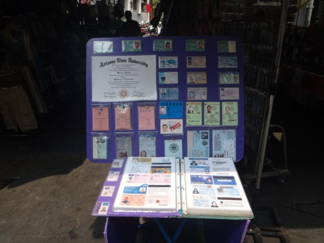 Stand fausses cartes