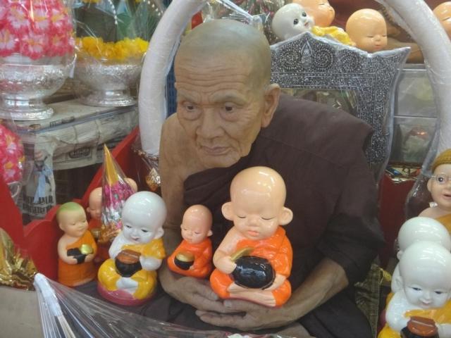 Ici on peut tout acheter pour les temples, même des faux moines!