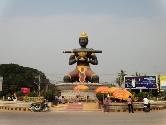 Statue de Ta Dambong à l\'entrée de Battambang