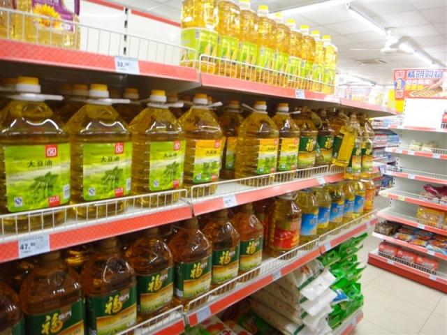La taille des bidons d'huile est proportionnelle a la consommation locale. Pas en dessous de 10L et la bouteille de 1L en cadeau!