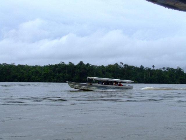 pirogue sur le fleuve de l'Oyapock