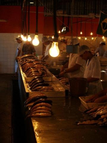 dans le marché couvert du port de Manaus