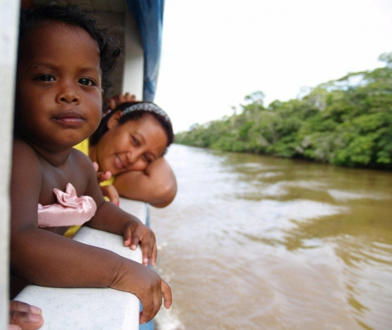 jeune fille sur le bateau