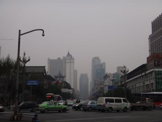 Toujours un épais brouillard sur la ville.