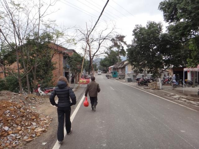 On suit papi vers le village de Jiangtouzhou...