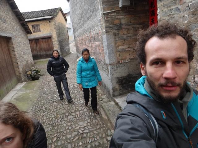 On se fait mettre dehors de Jiangtouzhou car nous n'avons pas voulu payer pour marcher dans les ruelles....