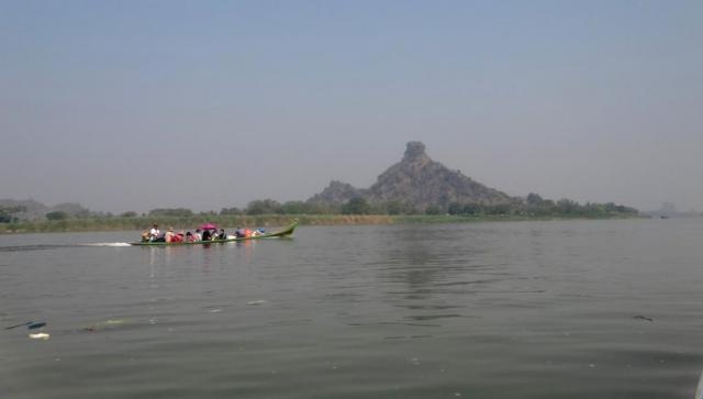 Le mont Hpar Pu surplombant le rivière Thanlwin, en face de Hpa an.
