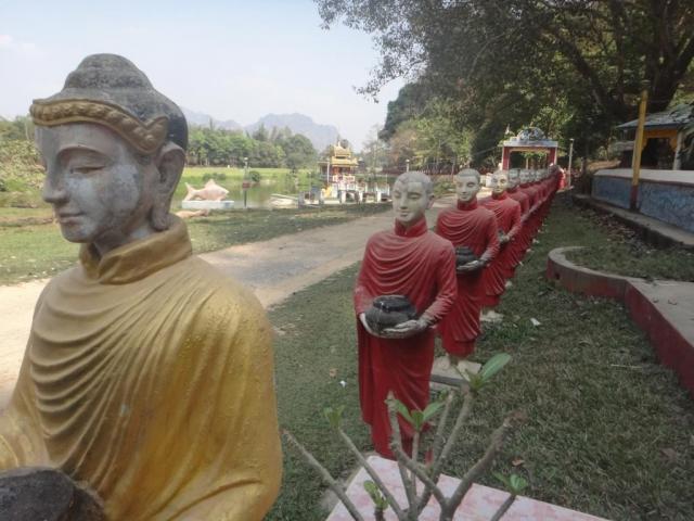 Longue lignée de statues de moines devant la grotte de Kaw Ka Thawng