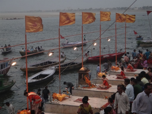 Puja quotidienne au Ghat Dashashwamedh.