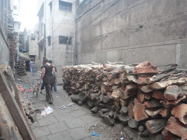 Stock de bois pour les crémations.