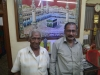 Deux vendeurs de mangues qui nous ont invités à en partage une.