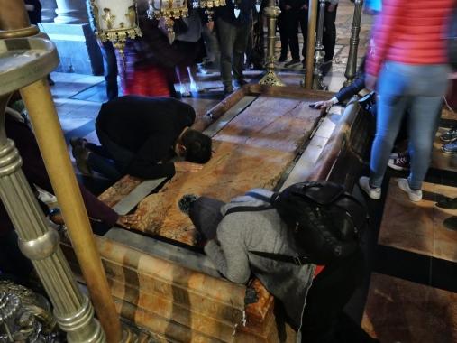 Pierre de l'Onction, sur laquelle le corps du Christ fut lavé et enveloppé dans le Saint-Suaire, située dans l'atrium de la Basilique du Saint-Sépulcre - Jérusalem