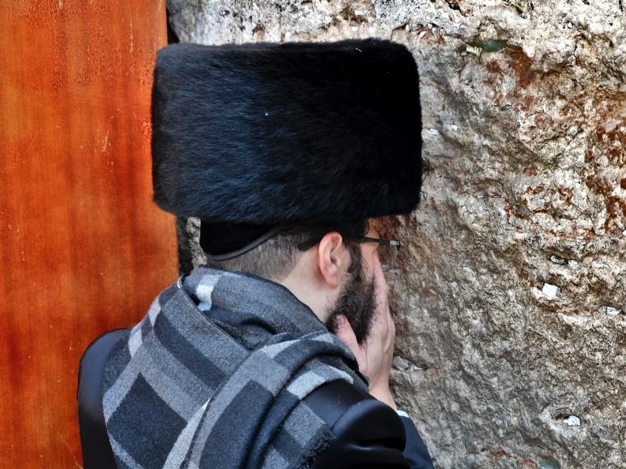 Prière intense sur le mur des lamentations - Jérusalem