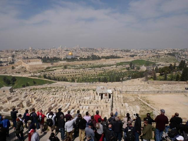 Touristes devant le cimetière juif puis Jérusalem en arrière plan