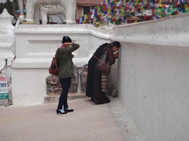 Prière devant le stupa