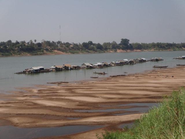village flottant sur le bord de Koh trong