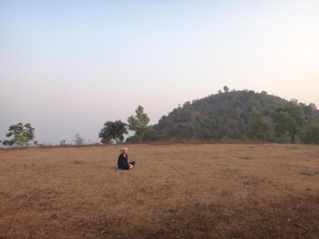 Méditation devant le coucher de soleil.