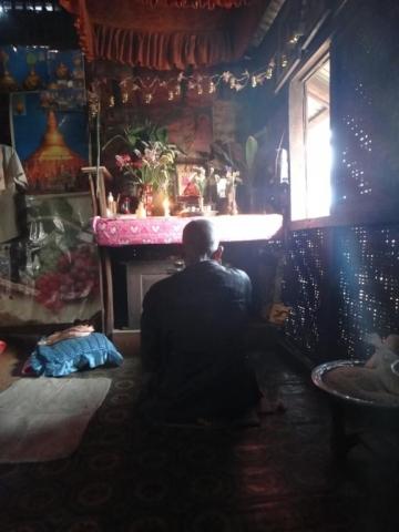 Prière bouddhiste du grand-père, avant le dîner.