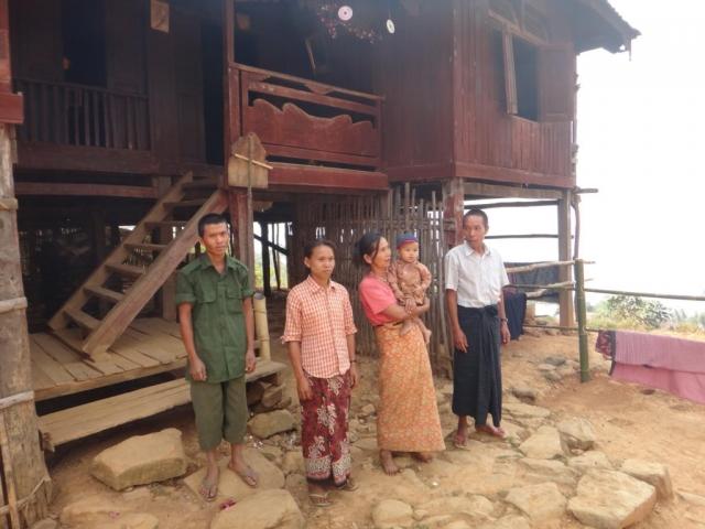 Apres une pause thé, cette famille birmane nous demande de les prendre en photo devant leur maison.