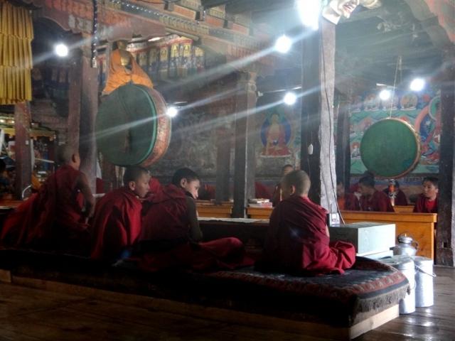Prière dans le monastère de Thiksey.