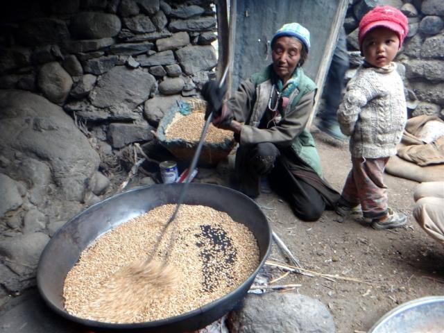 Avant d'être moulus, les grains sont grillés.