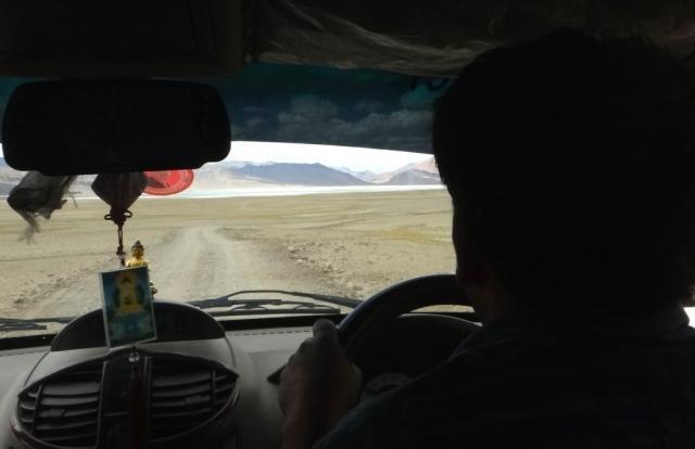 Sur la route pour le lac Tsomoriri, Bouddha nous accompagne.