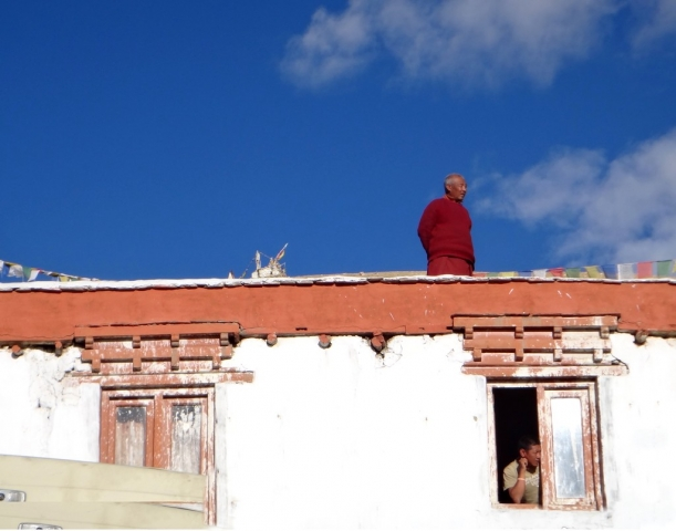 moine sur un temple