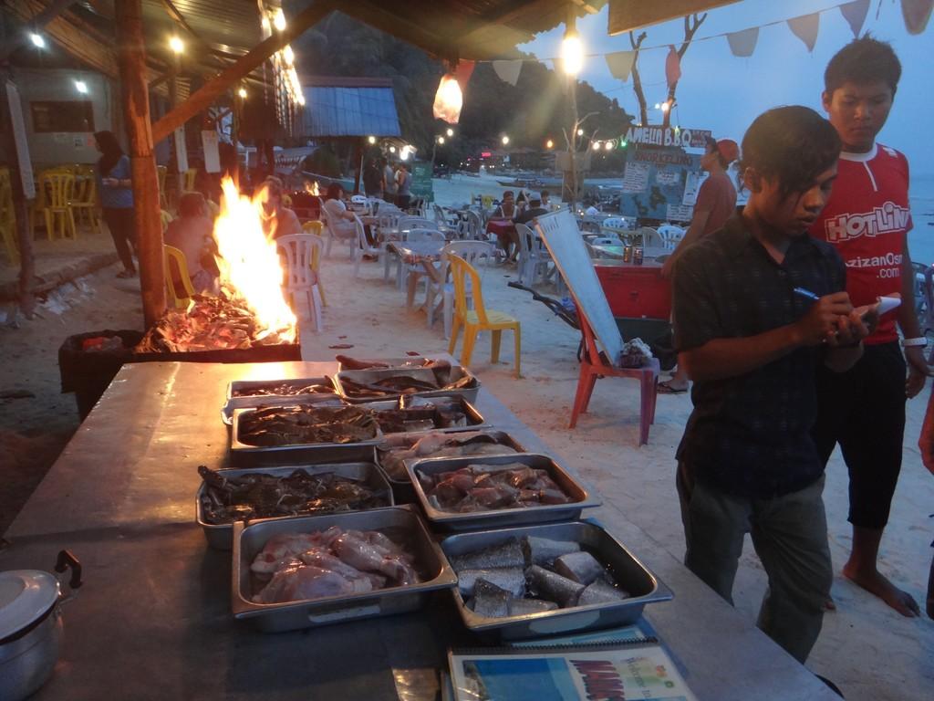 Resto sur la plage, poissons grillés au menu