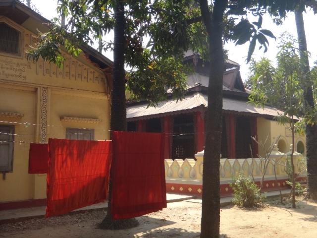 Dans la cours du monastere de Shwe In Bin Kyaung