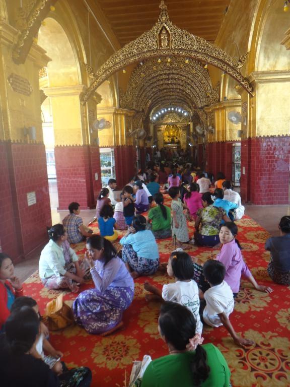 Des pèlerins devant la statue de bouddha à Mahamuni.
