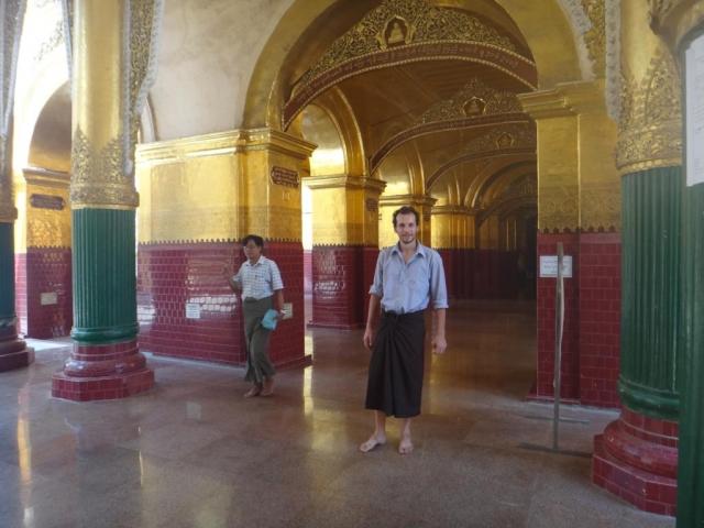 Prêt pour aller devant la statue de bouddha. Il est obligatoire de se couvrir les jambes et les épaules. Des longyi sont prêtés à l'entrée de la pagode.