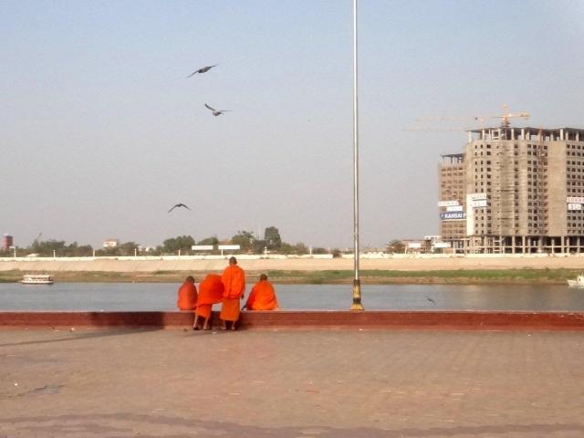 moines au bord du Mekong