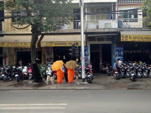 moines faisant l\'aumone