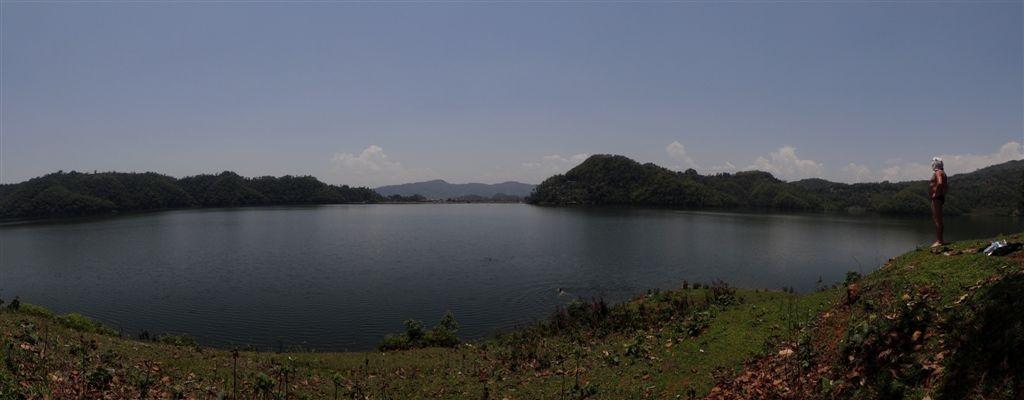 Lac de Begnas, avec Jeevan en admiration à droite.