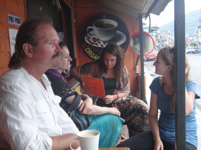 Dans un café à Pokhara