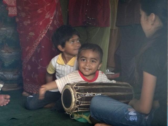 Enfant jouant du tambour lors d'une messe chrétienne.