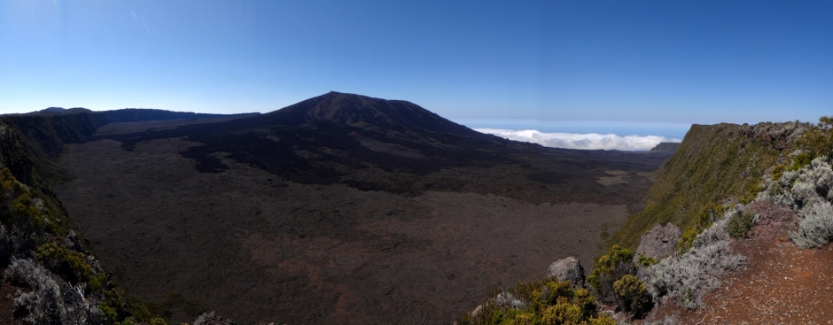 le volcan du piton de la fournaise dans l'enclos
