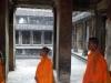 Moines dans le temple