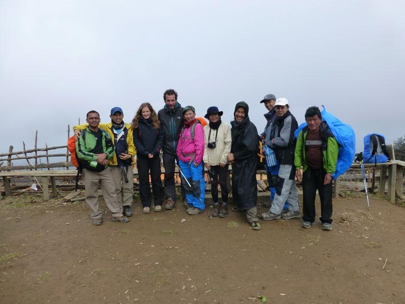 Avec les malaisiens, leur guide népalais à gauche et un de leur sherpa à droite.