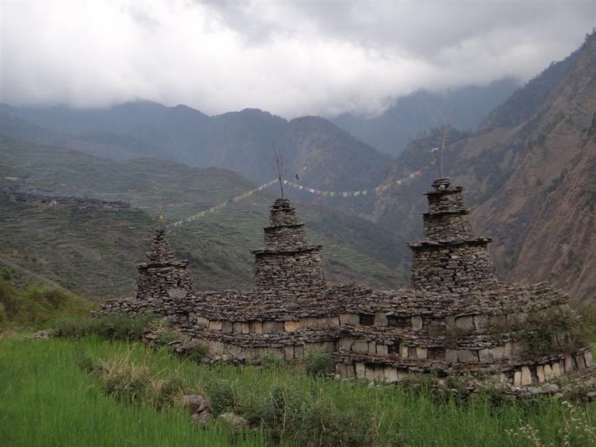 Chortens (stupa tibétain) au bord du chemin en quittant Gatlang.