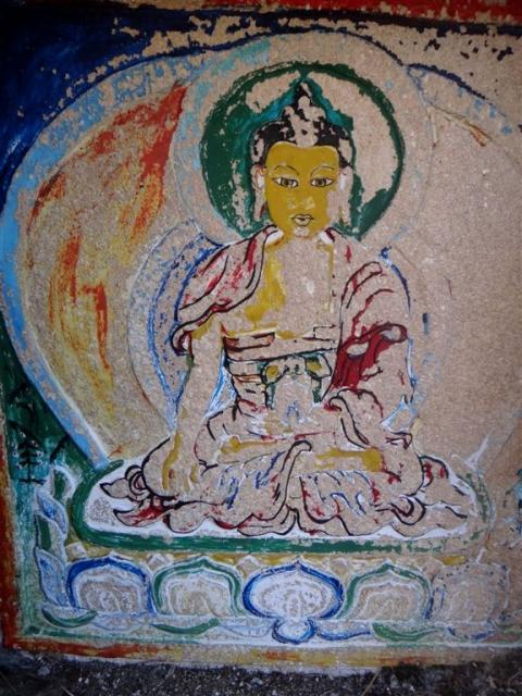 Gravure de Bouddha sur un chorten situé entre Briddhim et Sherpagon.