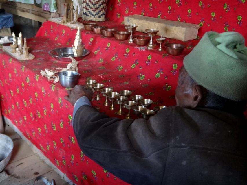 Dispostion méticuleuse des bougies au beurre de yak.