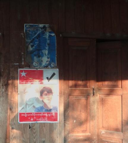 On affiche ses idoles : Aung San Suu Kyi, son père, le Général Aung San, et un joueur de foot.