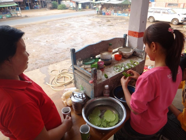 Préparation de Bétel. 3 principaux ingrédients : la feuille de bétel (connue pour ces vertus stimulantes, antiseptiques, rafraîchissant), la noix d'arec (fruit du palmier de bétel), de la chaux et différentes épices.