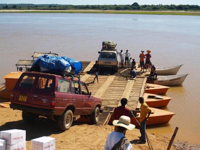 bac sur la piste de Belo-sur-Tsiribihina vers Bekopaka