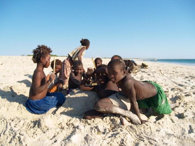 enfants malgache sur la plage