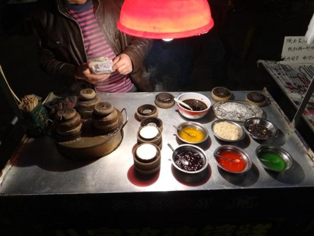 Vendeur de gâteaux de semoule de riz préparés dans des petits moules en bois : un délice!