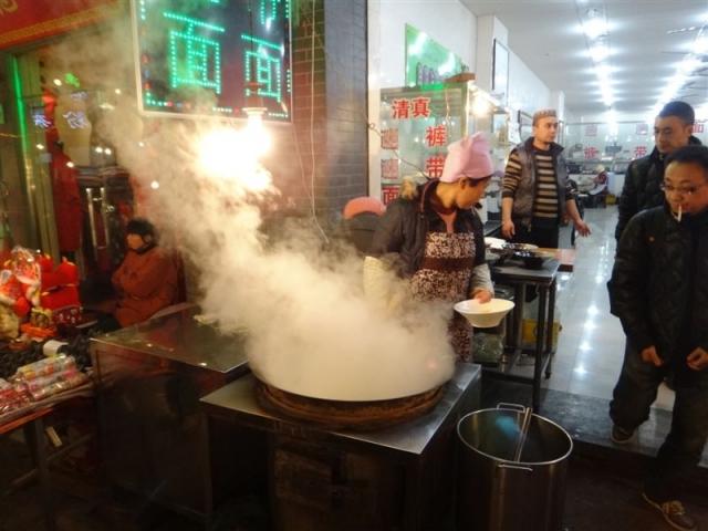 Cuisson des nouilles dans une gargotte à soupe